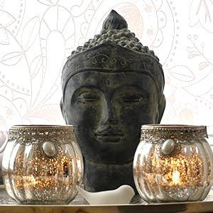 Buddhakopf und Kerzen
